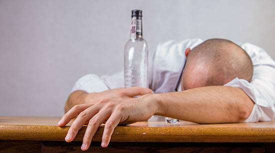 Was tun,           wenn der Kollege trinkt - Alkohol am Arbeitsplatz